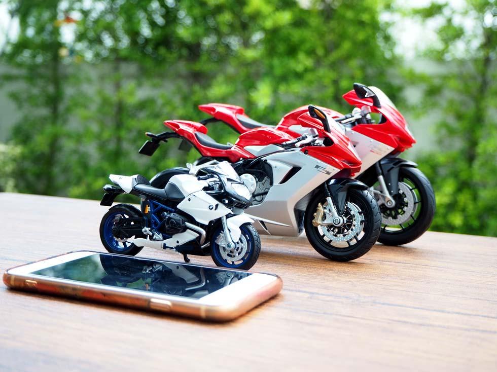 สเกลโมเดลรถมอเตอร์ไซด์ เทียบกับ Iphone 6S มุมด้านข้าง
