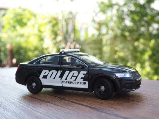 โมเดลรถตำรวจ FORD INTERCEPTOR (1:24)
