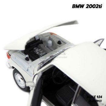โมเดลรถคลาสสิค BMW 2002ti สีขาวครีม (Scale 1/24) เครื่องยนต์เหมือนจริง